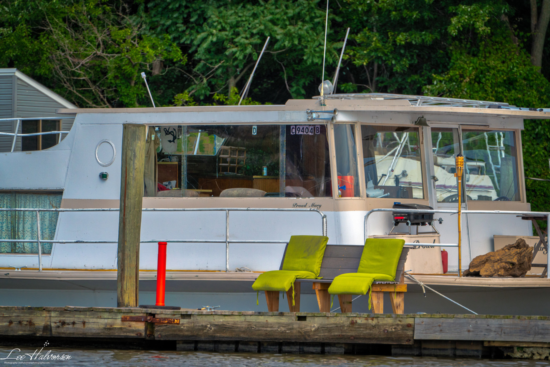 House boat on the DC side. There are three boating clubs on the Anacostia.